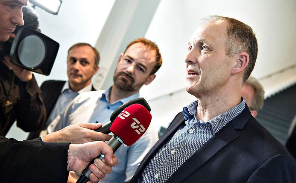 Tre mænd interviewes til TV-station
