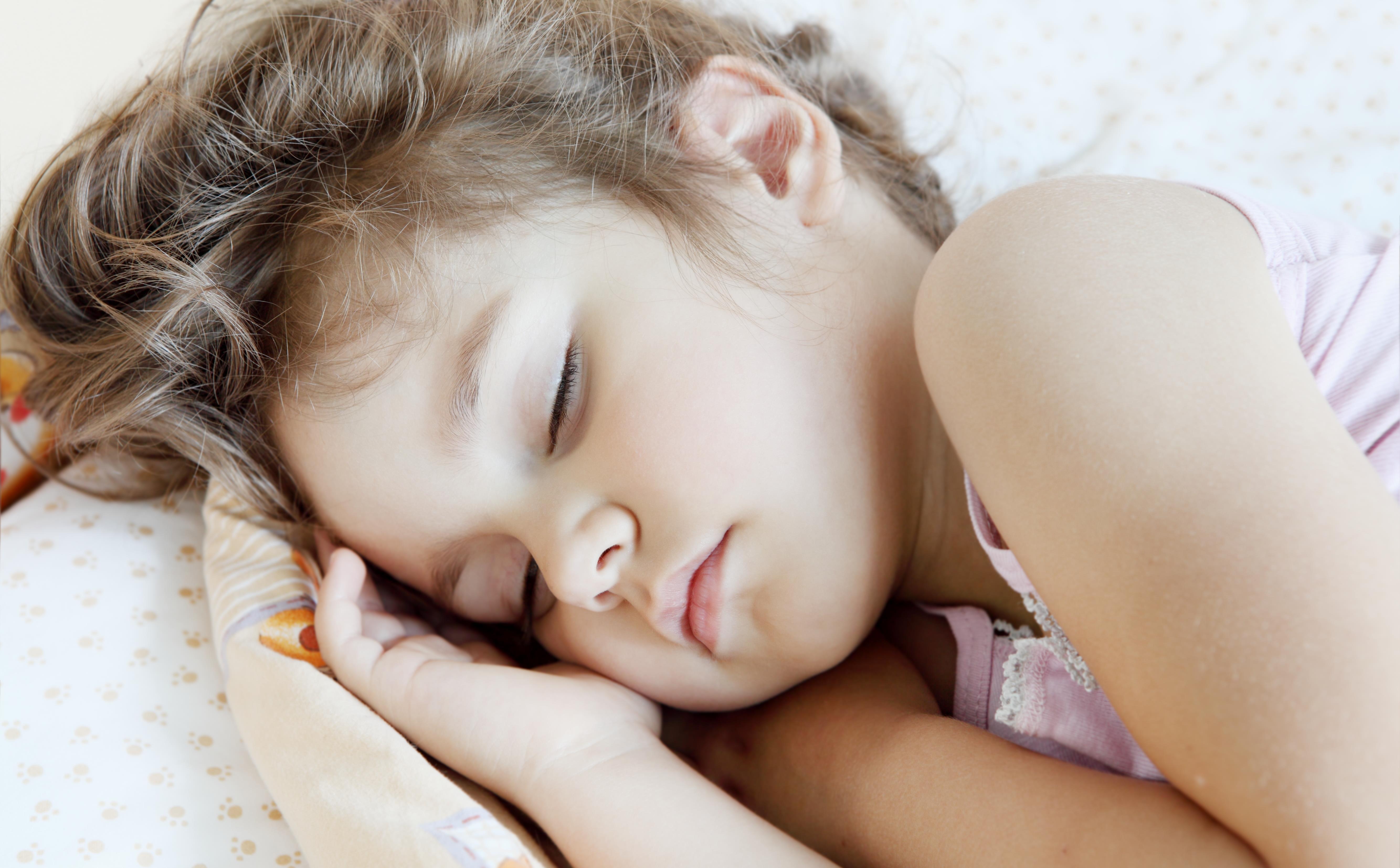 Tanja Schmidtke Eriksen læser i sengen